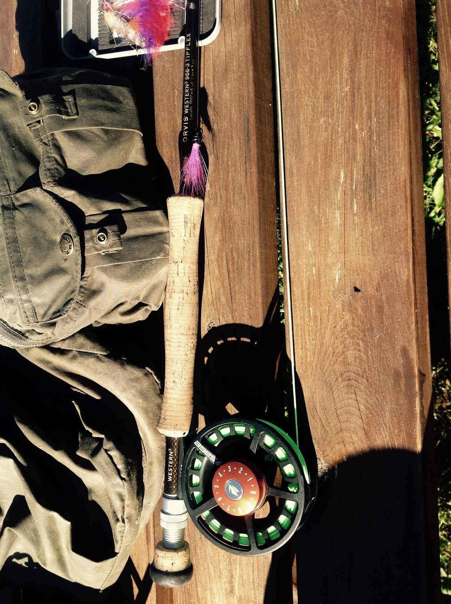 Matériel de pêche , canne, moulinet et table vus de dessus