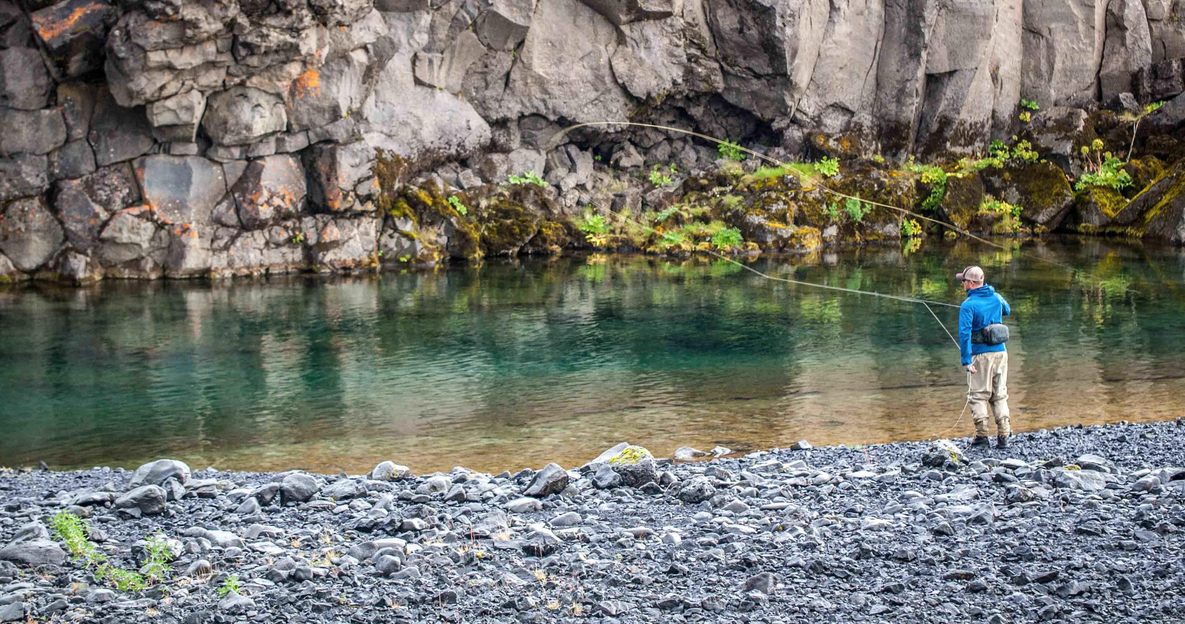 un homme pêche la truite dans les hautes terres d'Islande
