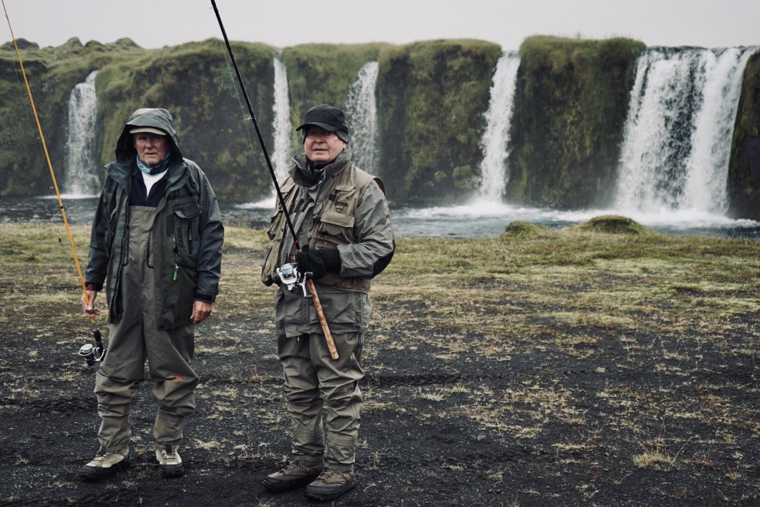 Deux pêcheurs posant devant une cascade lors avec peche islande